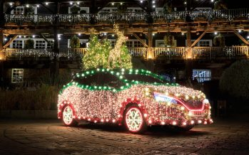 Φωταγωγήθηκε για τα Χριστούγεννα το Nissan Leaf (video)