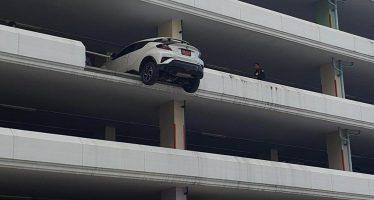 Από τον τέταρτο όροφο παραλίγο να πέσει αυτό το Toyota C-HR (video)