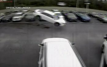 Ένα Toyota προσγειώθηκε σε αντιπροσωπεία της Ford (videos)
