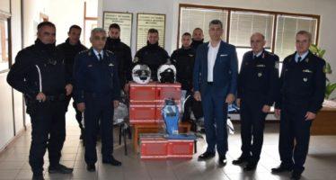 Χάρισε 24 μπουφάν και κράνη στην Ελληνική Αστυνομία