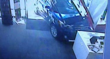 Διαρρήκτες έσπαγαν εισόδους καταστημάτων με κλεμμένο αυτοκίνητο