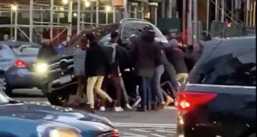 Σήκωσαν με τα χέρια μια Mercedes για να απεγκλωβίσουν πεζή (video)