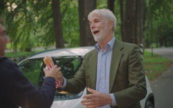 Ο παππούς που άρπαξε το Fiat Panda του εγγονού (video)