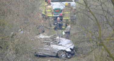 Mercedes έπεσε σε γκρεμό-νεκρός ο οδηγός (video)