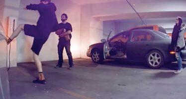 Επίθεση με κλοτσιές σε Tesla Model 3 (video)