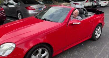 Είναι 107 ετών και οδηγεί cabrio Mercedes (video)