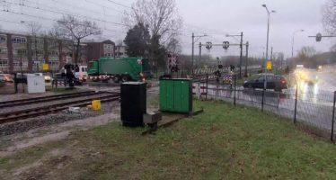 Τρένο πέρασε ξυστά από απορριμματοφόρο (video)