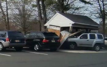 Μπέρδεψε το γκάζι με το φρένο και γκρέμισε ξύλινη αποθήκη (video)