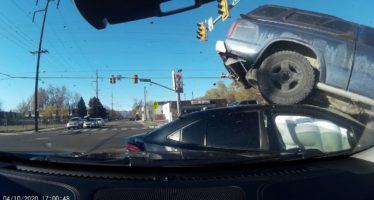 Κουβάρι τρία αυτοκίνητα από παραβίαση κόκκινου φαναριού (video)