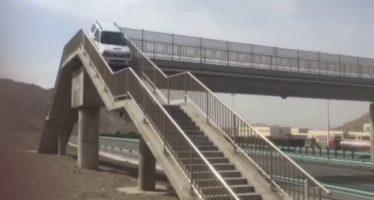 Suzuki Jimny κόβει δρόμο από αερογέφυρα πεζών! (video)