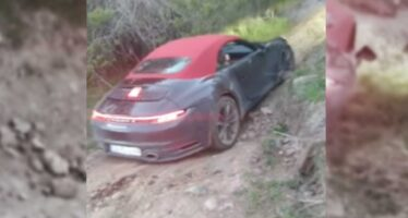 Κακομεταχειρίζεται μια Porsche στο βουνό (video)