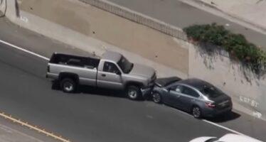 Αστυνομικοί ρίχνουν λωρίδα με καρφιά σε καταδίωξη (video)