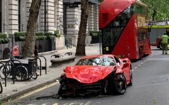 Ferrari VS λεωφορείο σημειώσατε X (video)