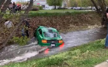 Ο οδηγός ενός Ford Mustang GT τα έκανε κυριολεκτικά μούσκεμα (video)