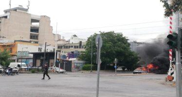 Στις φλόγες τυλίχτηκε Mercedes στην Ιερά Οδό-Αποκλειστικές φωτογραφίες