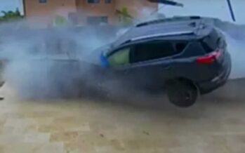 Toyota RAV4 εισέβαλε στην αυλή σπιτιού (video)
