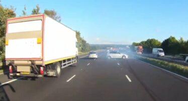 Λεωφορείο κοκάλωσε μπροστά σε Volkswagen Golf GTI (video)