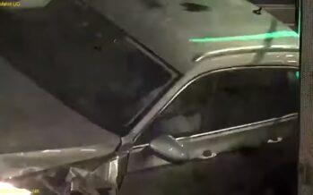 Τράκαρε πολλές φόρες μόνος του μέσα σε υπόγειο πάρκινγκ (video)