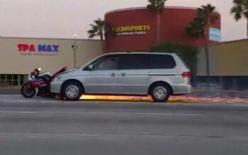 Έσερνε τη μοτοσυκλέτα που τράκαρε και εγκατάλειψε τον αναβάτη (video)