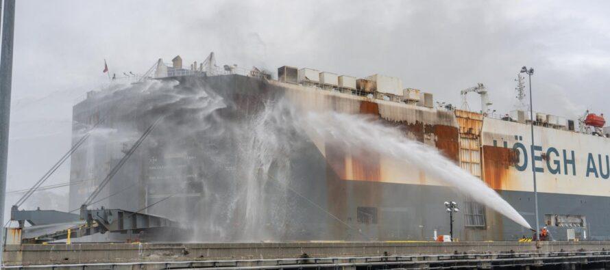 Σαν κεριά έλιωσαν 2.000 αυτοκίνητα από πυρκαγιά σε πλοίο