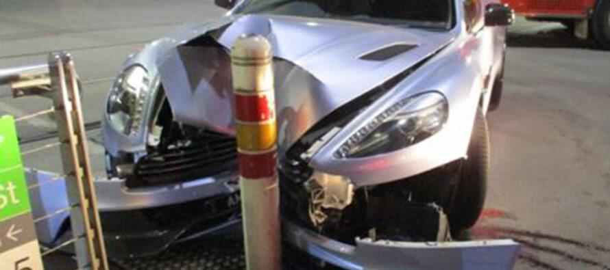 Μια τρακαρισμένη και παρατημένη Aston Martin