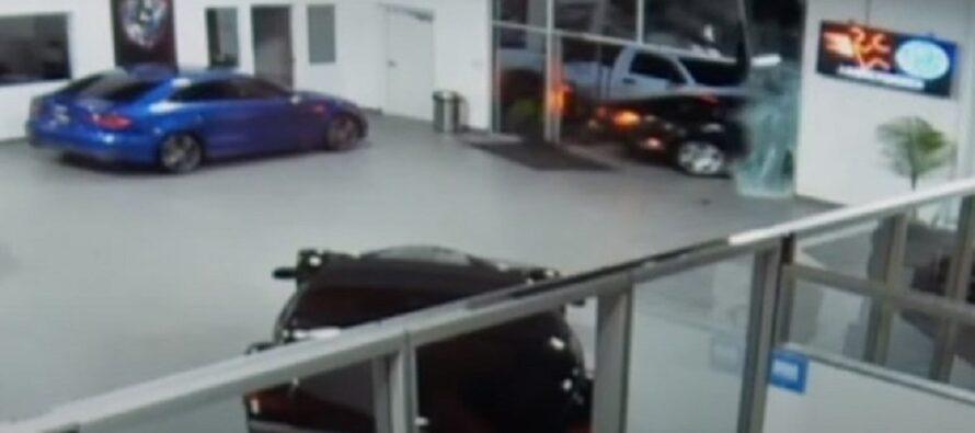 Έκλεψαν Bentley περνώντας μέσα από τζαμαρία (video)