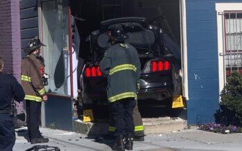 Ford Mustang ισοπέδωσε την πρόσοψη σπιτιού