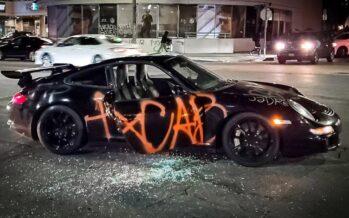 Έσπασαν και έβαψαν με σπρέι μια Porsche (video)