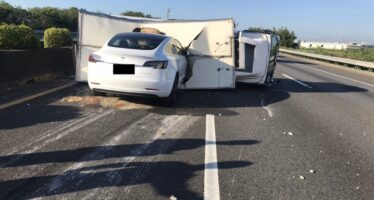 Tesla με αυτόματο πιλότο καρφώθηκε σε φορτηγό (video)