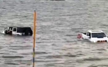 Βούλιαξε δυο αυτοκίνητα για να σώσει σκάφος που βυθίζονταν (video)