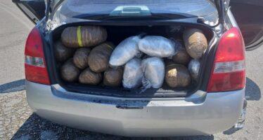 Τράκαρε και παράτησε το αυτοκίνητο φορτωμένο με 94 κιλά κάνναβη (video)