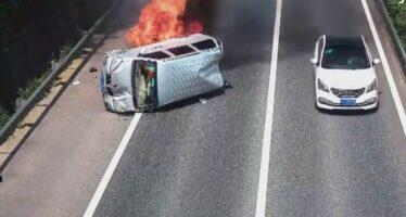 H δραματική διάσωση τριών επιβατών από φλεγόμενο βαν (video)