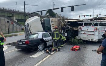 Η στιγμή που φορτηγό καταπλακώνει περιπολικό (video)