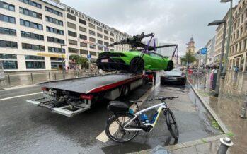 Γερανός σήκωσε παράνομα παρκαρισμένη Lamborghini