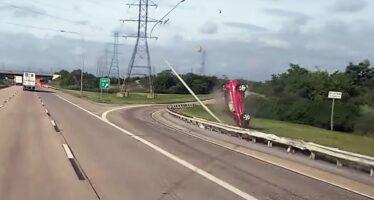 Toyota RAV4 γκρέμισε κολόνα φωτισμού (video)