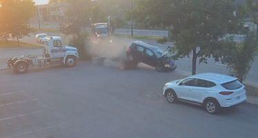 Έκανε κόντρα και καρφώθηκε με ταχύτητα σε φορτηγό (video)