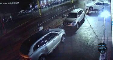 Τράκαρε σε αντιπροσωπεία αυτοκινήτων (video)