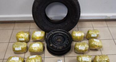 Έκρυψαν 12 κιλά κάνναβης μέσα στη ρεζέρβα (video)