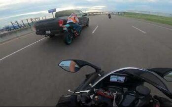 Ford χτυπάει μοτοσικλετιστή και τον εγκαταλείπει (video)