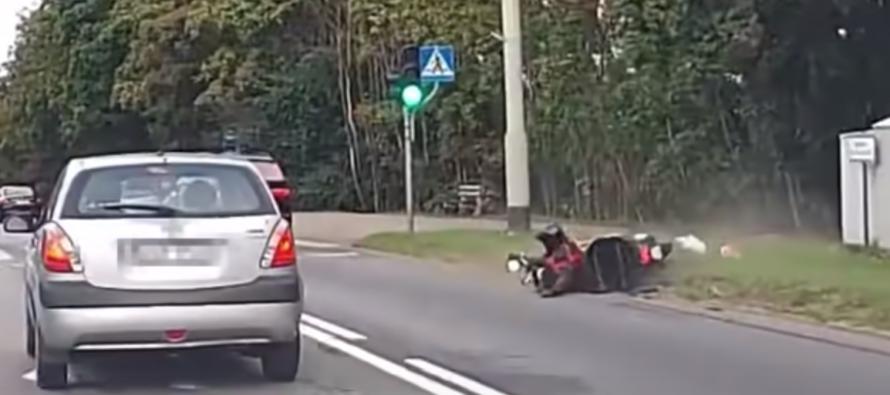 BMW X5 ρίχνει μοτοσικλετιστή και τρέπεται σε φυγή (video)