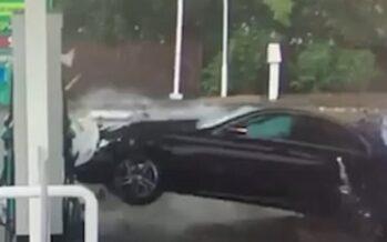 Mercedes προκάλεσε χάος σε βενζινάδικο (video)