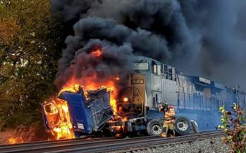 Φορτηγό κόλλησε στις ράγες ενώ έρχονταν το τρένο (video)
