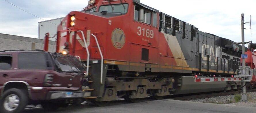 Οδηγός αγνοεί τις κατεβασμένες ράμπες και συγκρούεται με τρένο (video)