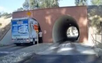 Φορτηγό σφήνωσε σε τούνελ