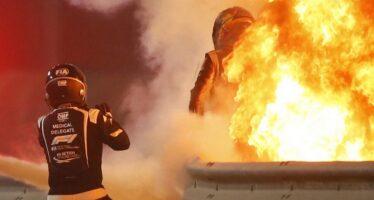 Μέσα από τις φλόγες βγήκε πιλότος της Formula 1-το μονοθέσιο κόπηκε στα δυο (video)