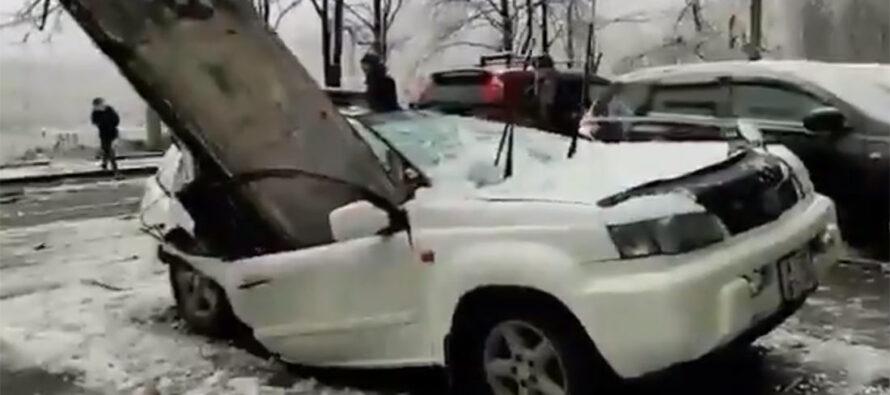 Τεράστια πλάκα έπεσε από τον ένατο όροφο σε Nissan X-Trail (video)