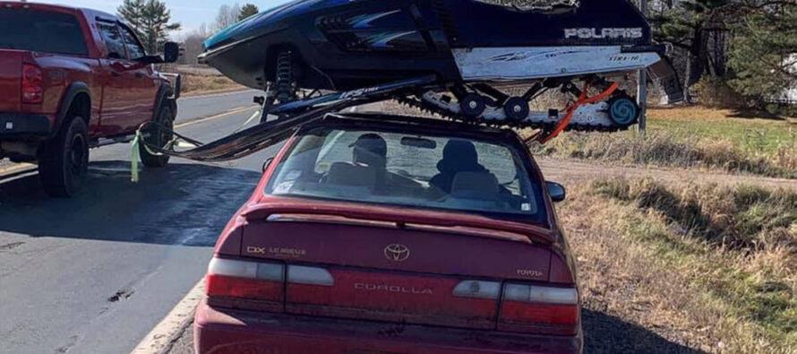 Φόρτωσε το snowmobile στην οροφή της Toyota Corolla!
