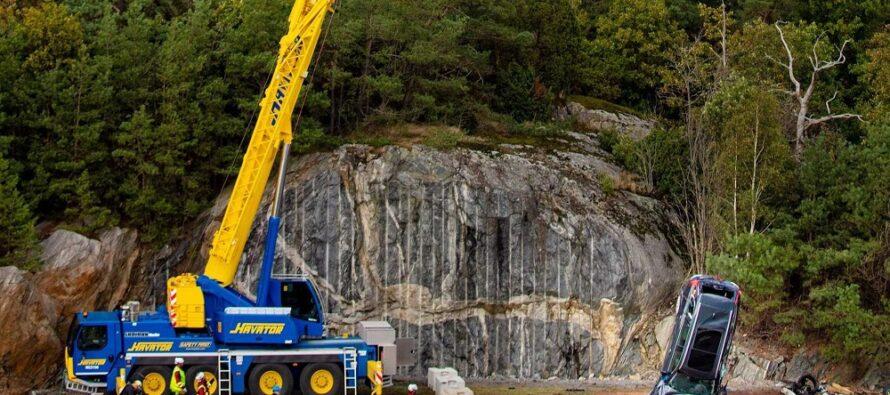 Γερανός σηκώνει καινούργια Volvo και τα πετάει από τα 30 μέτρα! (video)