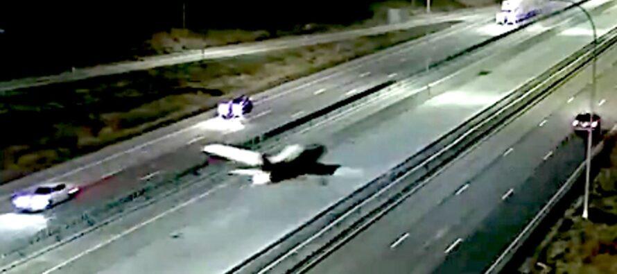 Τράκαρε με αεροσκάφος ενώ οδηγούσε στον αυτοκινητόδρομο (video)