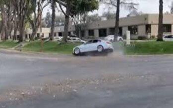 BMW M3 το χάνει στη στροφή και σκάει στο πεζοδρόμιο (video)